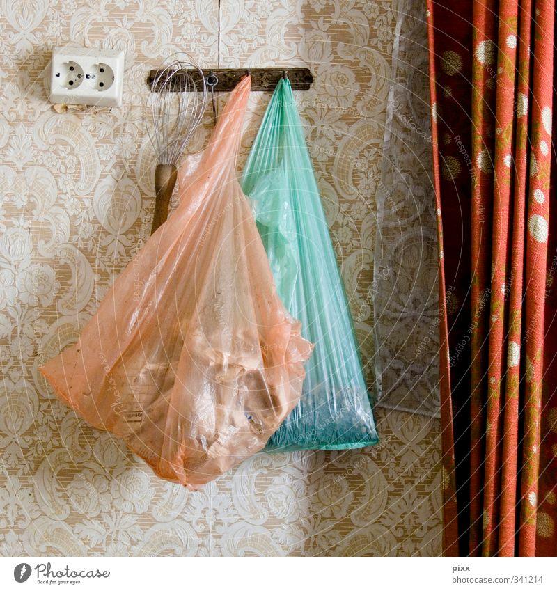 Haus der Architektinnen ... Tüte Tasche hängen warten alt ästhetisch rosa türkis Pause Haken Steckdose Rührbesen Küche Gardine Vorhang Tapete Muster floral 2