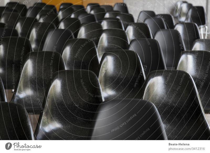 unbesetzte Stühle in einem Vortragsraum leer Quarantänezeit Veranstaltung Absage Stuhlreihen Menschenleer Platz frei Farbfoto Sitzgelegenheit veranstaltungsort