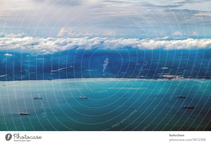 über den wolken... Luft atmen fliegen Kuala Lumpur von oben Hafenstadt Küste Hoffnung träumen wunderschön Containerschiff Schiff blau Wasser Meer Licht