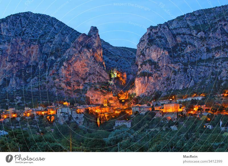 Moustiers St. Marie, Südfrankreich moustiers st. marie bergdorf Provence-Alpes-Côte d'Azur beleuchtet licht Frankreich südfrankreich Berge bergmassiv Urlaub