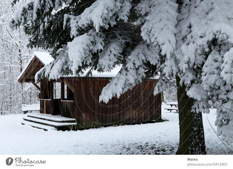 Winterlandschaft mit einer Hütte im Wald Haus Landschaft Schnee Natur blau Feiertag Kiefer Saison Baum Holz kalt Kabine Weihnachten heimwärts ruhig