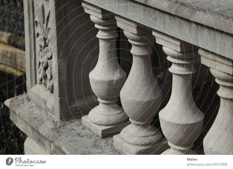 Balustrade aus von der Sonne beleuchteten Steinsäulen antik architektonisch Architektur Hintergrund Baluster klassisch Klassik Spalte Konstruktion