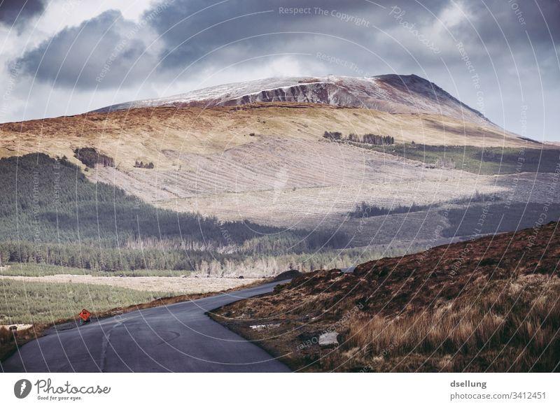 Einfache Straße in Irland mit Berg im Hintergrund Panorama (Aussicht) Starke Tiefenschärfe Tag Textfreiraum unten Menschenleer Außenaufnahme Farbfoto