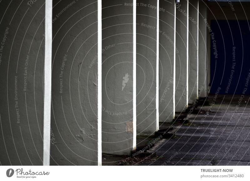 Eine Reihe weißer Garagen Einfahrten, gleichförmig in funktionaler und billiger Bauweise Bauwerk einfach garageneinfahrt Siedlung Stadt schwarz Mauer Asphalt