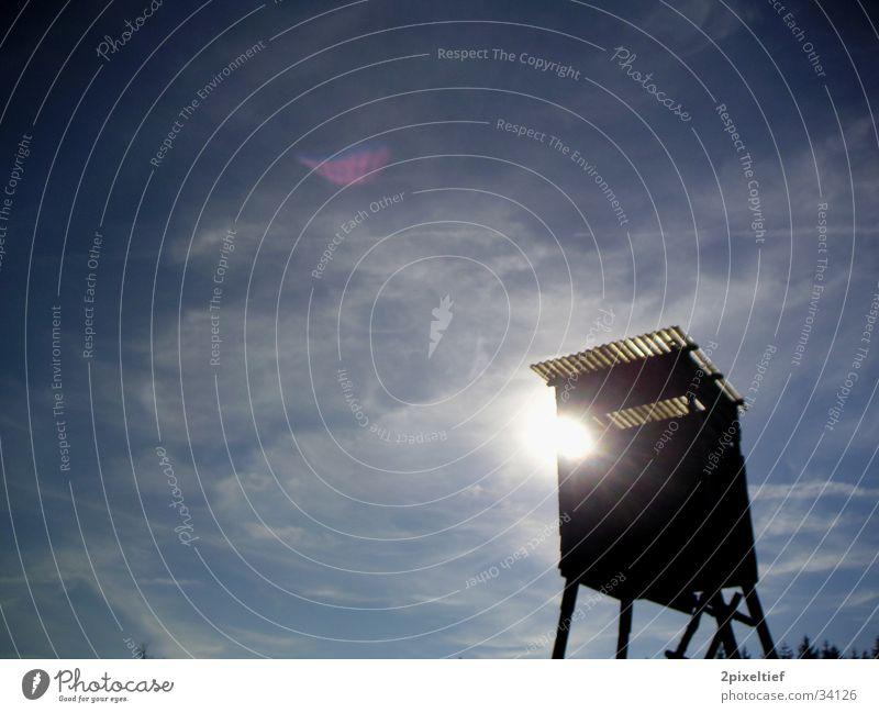 Jagdstimmung #3 Wolken Jäger Hochsitz Gegenlicht weiß schwarz Waldlichtung Himmel Sonne blau