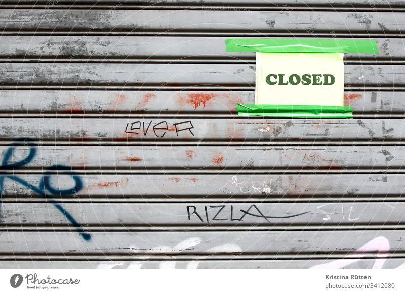 closed schild an geschlossenem rolladen rollladen zu öffnungszeiten ferien urlaub bankrott konkurs pleite krankheit quarantäne todesfall verlassen geschäft