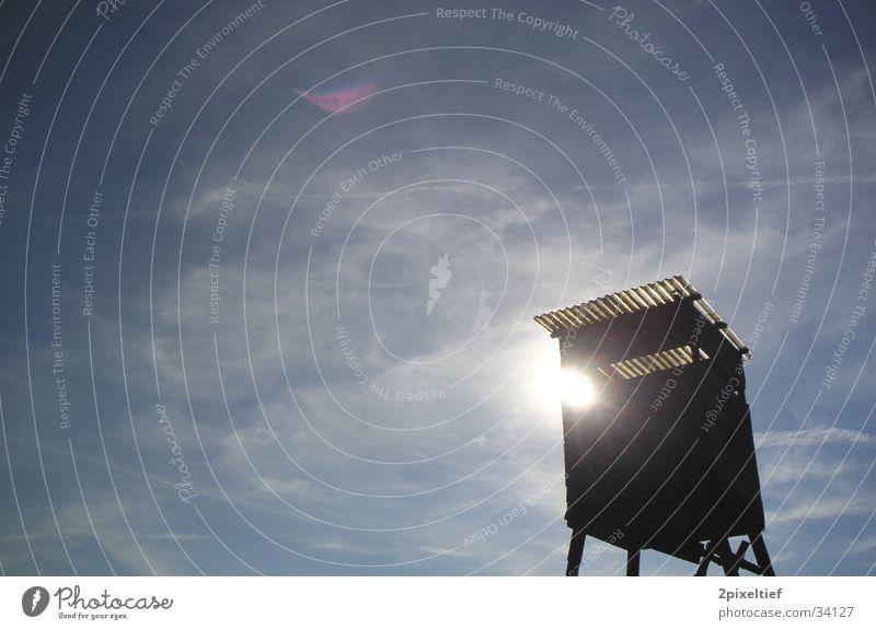 Jagdstimmung #2 Wolken Hochsitz Jäger weiß schwarz Waldlichtung Himmel Sonne blau