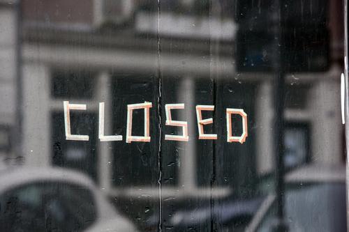 closed schriftzug an schaufenster geschlossen bankrott konkurs pleite krankheit quarantäne verlassen geschäft ladenlokal geschäftsaufgabe restaurant bar cafe