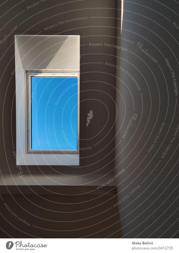 Blauer Himmel im Dachfenster Fenster Farbfoto Architektur Gebäude Licht Schatten Haus