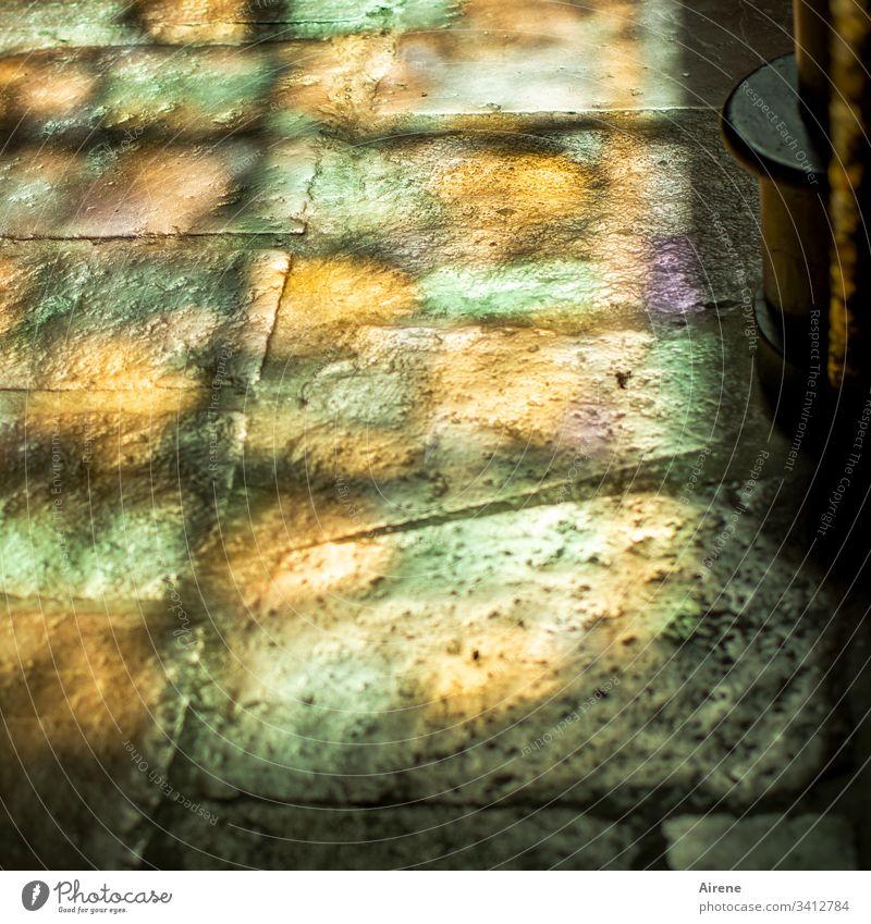 graue Pflastersteine, durch das richtige Licht betrachtet Unschärfe Lichterscheinung Reflexion & Spiegelung Tag Menschenleer Innenaufnahme Farbfoto