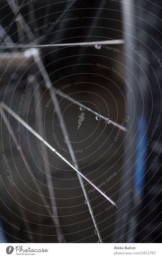 Fahrradspeichen mit Regentropfen Speichen Rad Außenaufnahme Reifen Detailaufnahme Metall Nahaufnahme fahrradspeichen