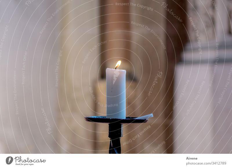 Hilfe in schwerer Zeit Kerzenschein Kerzenständer Kerzenflamme leuchten Hoffnung Religion & Glaube Innenaufnahme Licht Wärme höhere Gewalt Gott Transzendenz