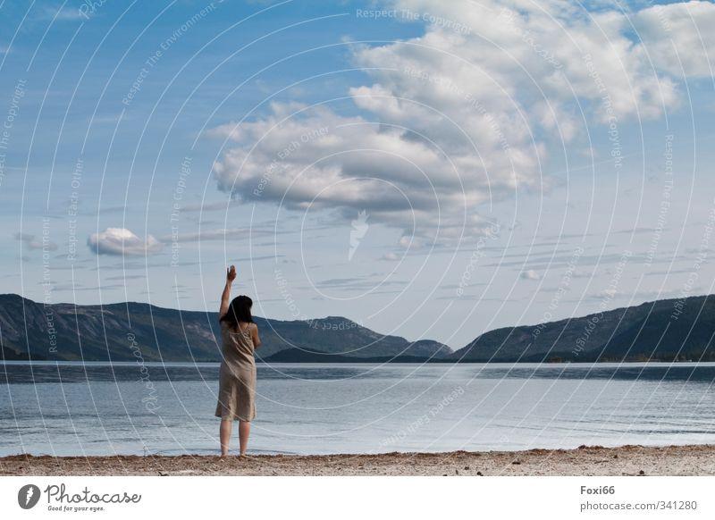 Neujahrs-Grüße Mensch Frau Himmel Ferien & Urlaub & Reisen Wasser Sommer Einsamkeit ruhig Wolken Strand Ferne Erwachsene Berge u. Gebirge Leben feminin Küste