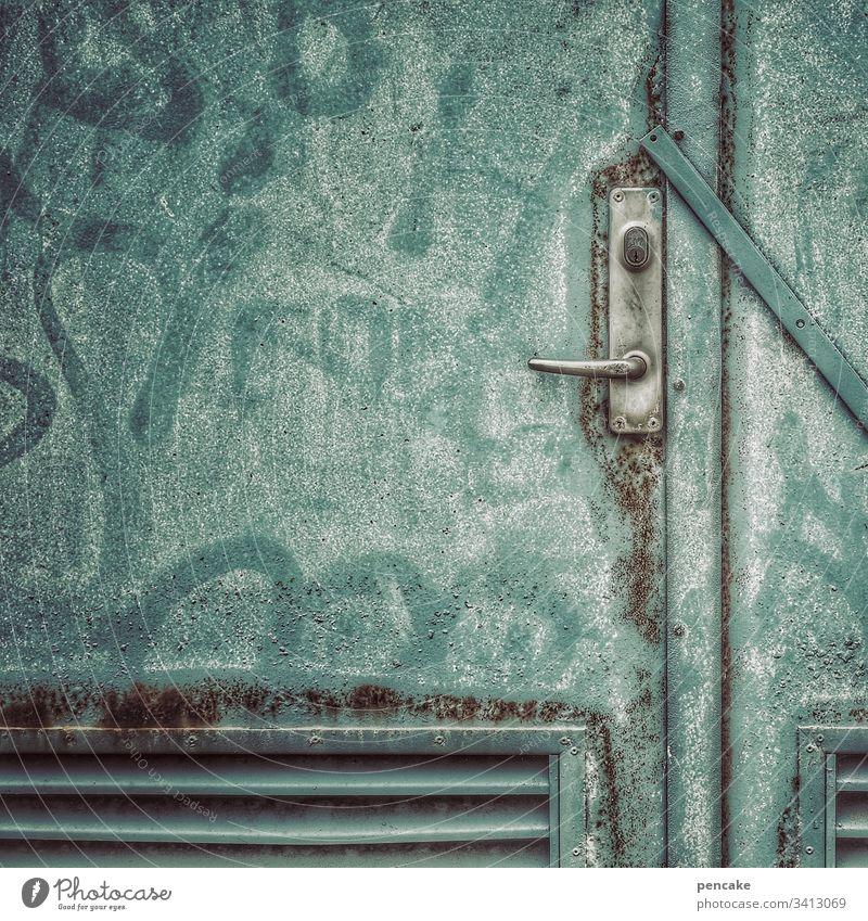 ausgangssperre Tür Ausgang zu geschlossen alt Eisentüre verkratzt verwittert lackiert Schriftzeichen Ausgangssperre eingesperrt ausgesperrt Detailaufnahme