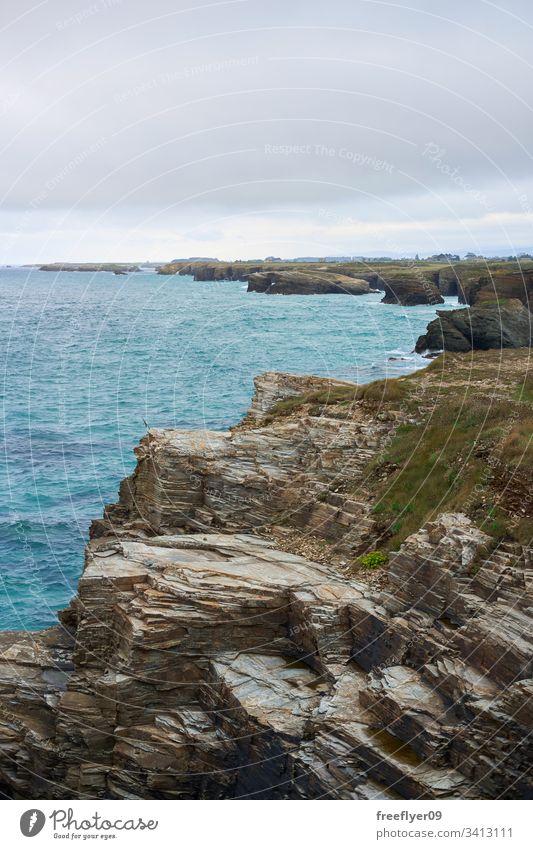 Blick aus der Ferne auf den Strand der Kathedrale in Ribadeo, Spanien Tourismus Galicia Landschaft Meereslandschaft Kathedralen Sand Steine Felsen Urlaub Kap
