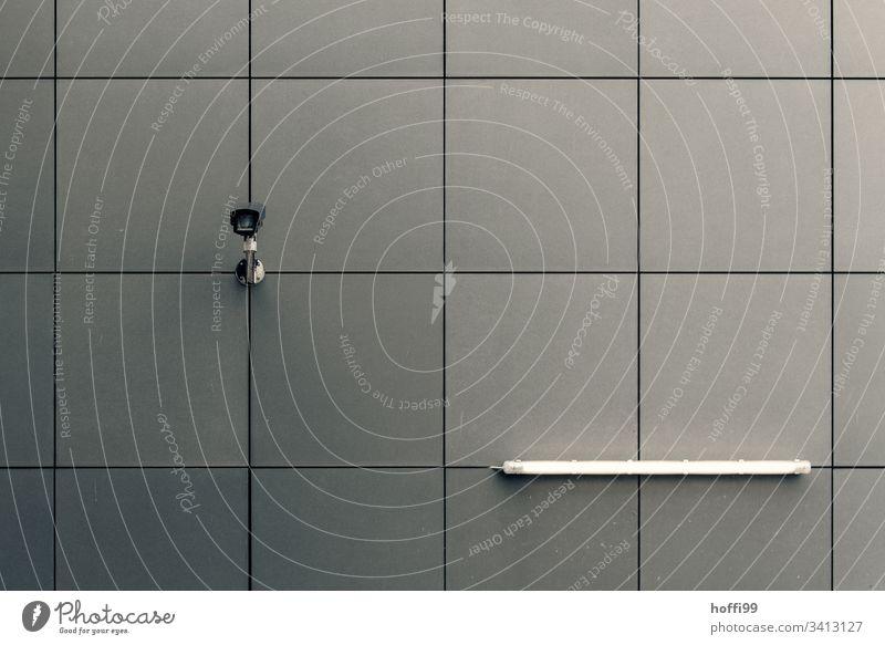 Überwachungskamera an Wand mit Leuchtstoffröhre Gebäude Fotokamera Mauer Linie Wachsamkeit Schutz Sicherheit Stadt Gesellschaft (Soziologie) Kontrolle