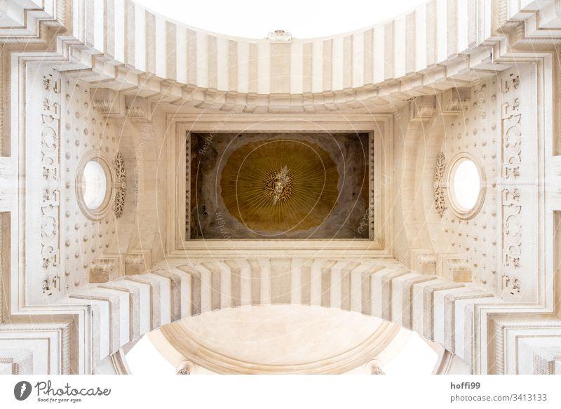 von Angesicht zu Angesicht - Torbogen mit Bildnis Bogen Arkaden Architektur Klassizismus Sandtein Triumphbogen historisch Kultur Wahrzeichen Froschperspektive
