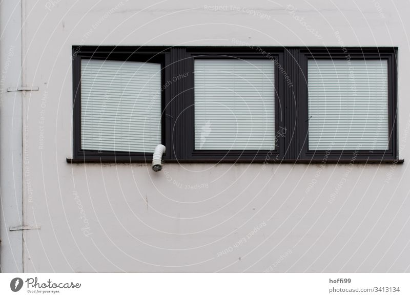 drei Fenster mit Jalousie und Abluftschlauch Rollladen jalousinen Rollo Stadt trist Tristesse Lüftungsschacht Lüftungsklappe ästhetisch einfach Symmetrie