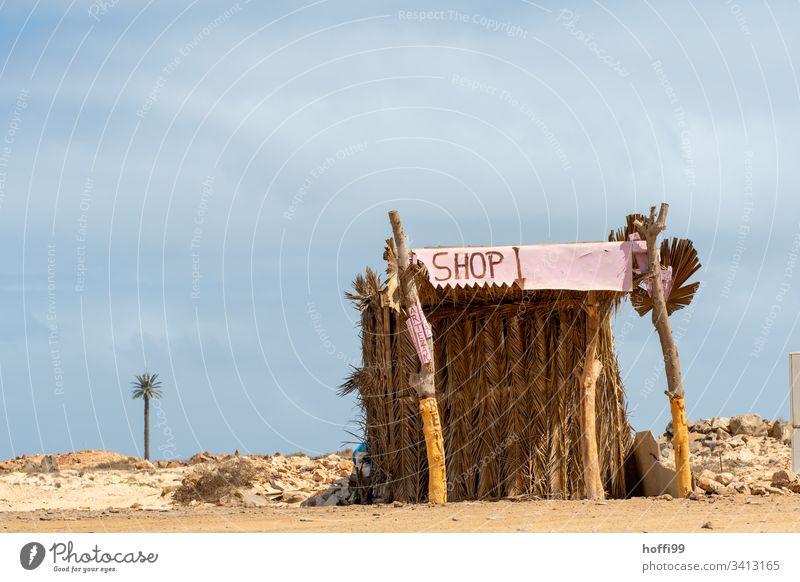 Wüsten Shop wüstenlandschaft Oase Hügel Sand Sonne Dürre Dunst Natur Horizont Wärme Kiosk verkaufsstand verkaufen strandbude geschlossen Ferne Menschenleer