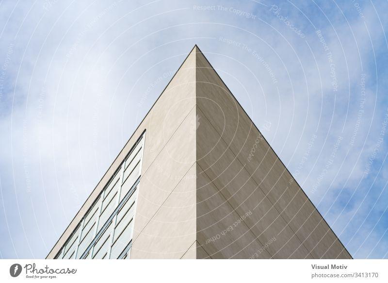 Zwei Fassaden eines modernen Gebäudes, die eine architektonische Symmetrie schaffen Fenster Architektur urban wohnbedingt Beton Farbe Struktur geometrisch