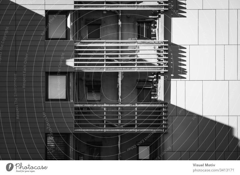 Balkone eines Wohngebäudes in Schwarz-Weiß Gebäude Fassade Fenster Architektur architektonisch urban wohnbedingt Beton Struktur Formen abstrakt im Freien Glas