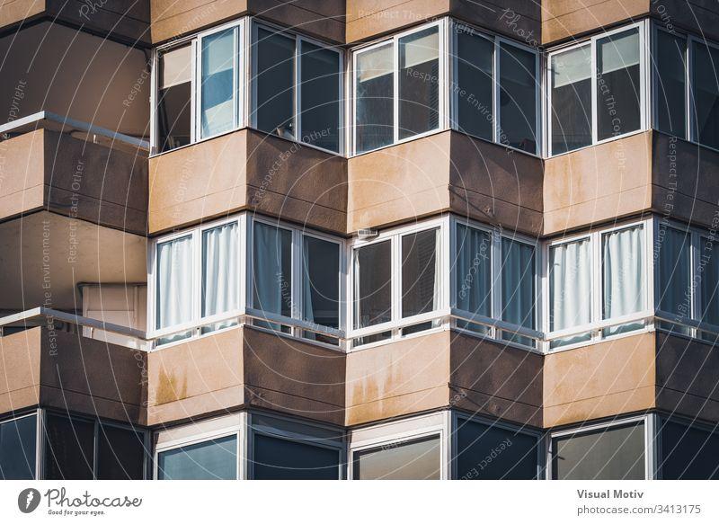 Balkone eines städtischen Wohngebäudes Gebäude Fassade Fenster Architektur architektonisch urban wohnbedingt Beton Farbe Struktur geometrisch Formen abstrakt