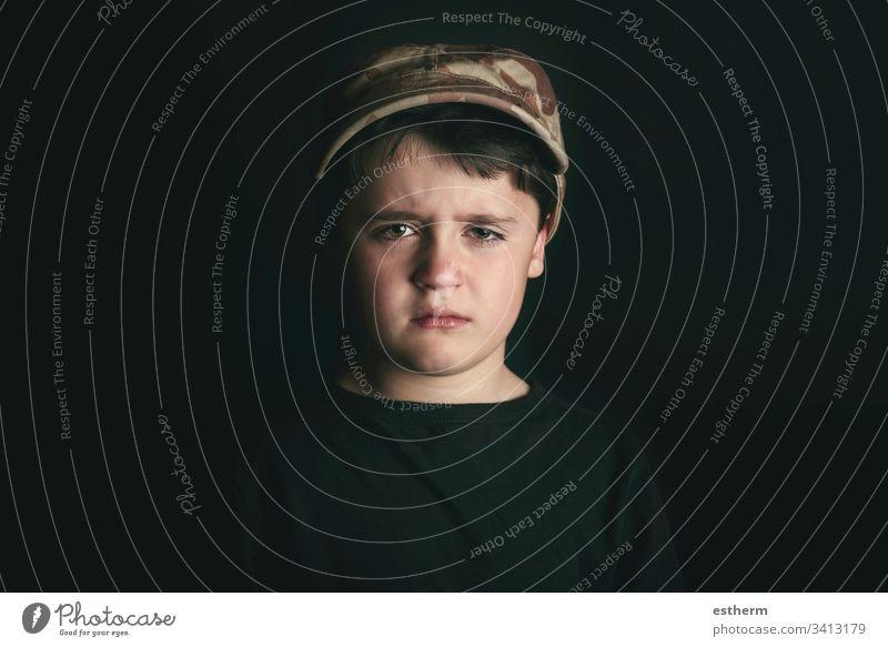 Trauriger Junge Kind traurig niedergeschlagen Angst unglücklich Mobbing vereinzelt Depression Bildung Stress Opfer Trennung Reflexion & Spiegelung Langeweile
