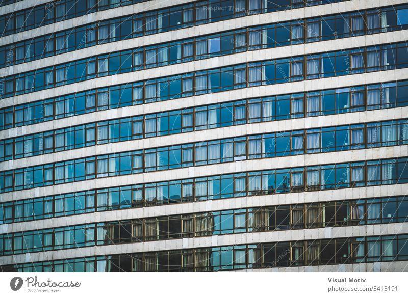 Reihen von verglasten Fenstern eines städtischen Gebäudes Fassade Architektur architektonisch urban Beton Farbe Struktur Formen abstrakt im Freien Glas niemand