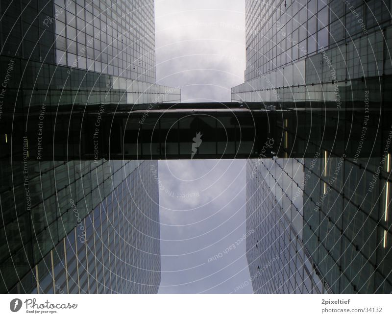 HighLight Munich Business Towers #1 Himmel blau Architektur grau Glas Beton hoch Hochhaus modern Brücke Macht München Stahl aufwärts Geometrie