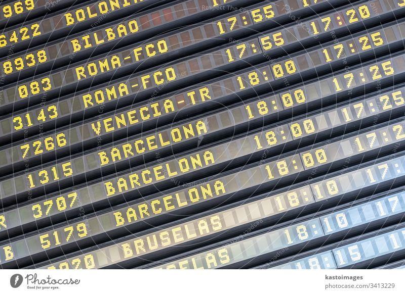 Fluginformationstafel am spanischen Flughafen-Terminal Holzplatte Abheben Ankunft Information Zeitplan Panel international Anzeige Flugzeug Fluggesellschaft