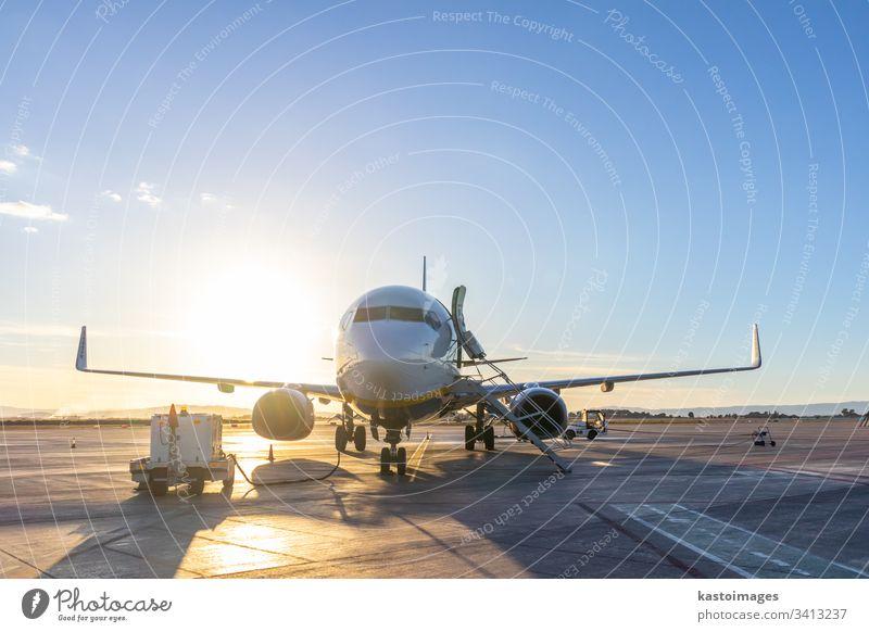 Passagierflugzeug auf der Startbahn des Flughafens bei Sonnenuntergang. Ebene Transport Air Flugzeug reisen Verkehr Business Düsenflugzeug Himmel Rollfeld