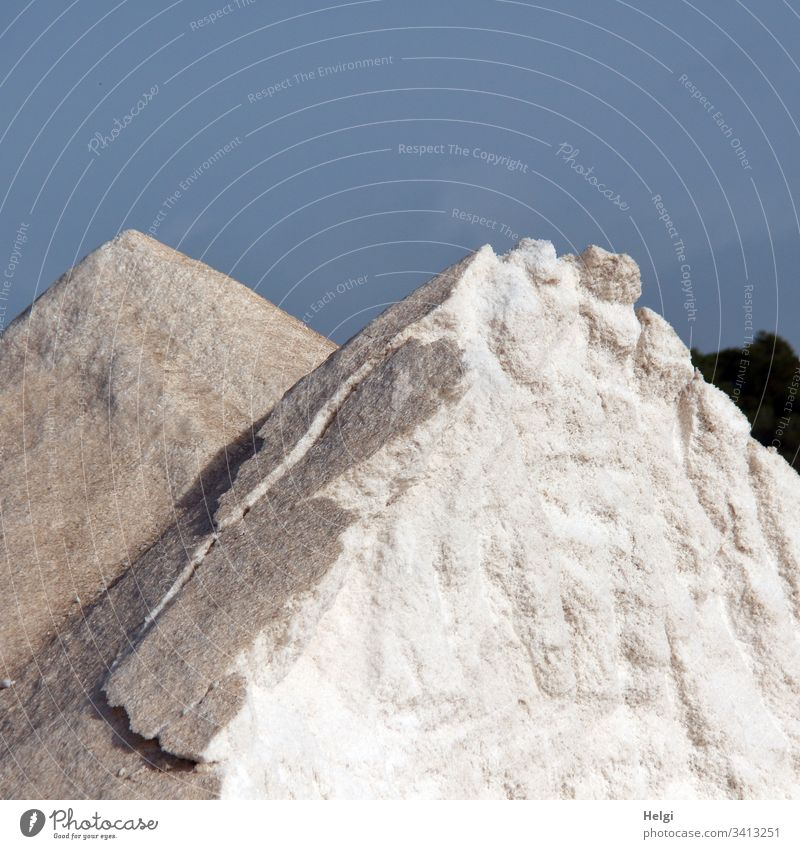 teilweise abgetragener Salzberg in der Salzgewinnungsanlage Ses Salines auf Mallorca Kochsalz Lebensmittel Ernährung Farbfoto Salzkruste Salzkristalle