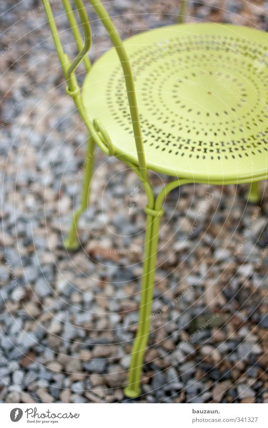 gelbgrün. Farbe Freude grau Stein Garten Metall Park sitzen Stuhl Bar Terrasse Nostalgie Kies Ornament