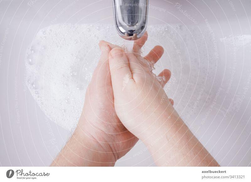 Händewaschen mit Seife und Wasser aus persönlicher Sicht Waschen Hand Wäsche waschen Hygiene Waschbecken Becken Bad Gesundheit Pflege Sauberkeit sanitär