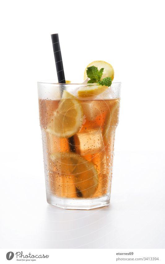 Eisteegetränk im Glas mit isolierter Zitrone auf weißem Hintergrund Getränk braun Zitrusfrüchte Cocktail kalt trinken frisch Frucht vereinzelt liquide Minze