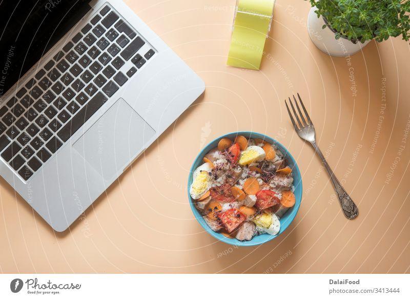 Büro zu Hause heimwärts Salatbeilage Abendessen Gabel Pflanze Computer Draufsicht