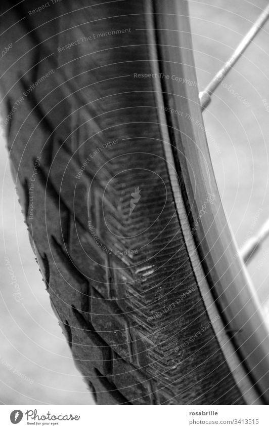 wörtlich genommen | unter die Räder gekommen – Profil eines Fahrradreifen von unten Rad Reifen Rad fahren Sport nah Detail Detailaufnahme Speiche Menschenleer