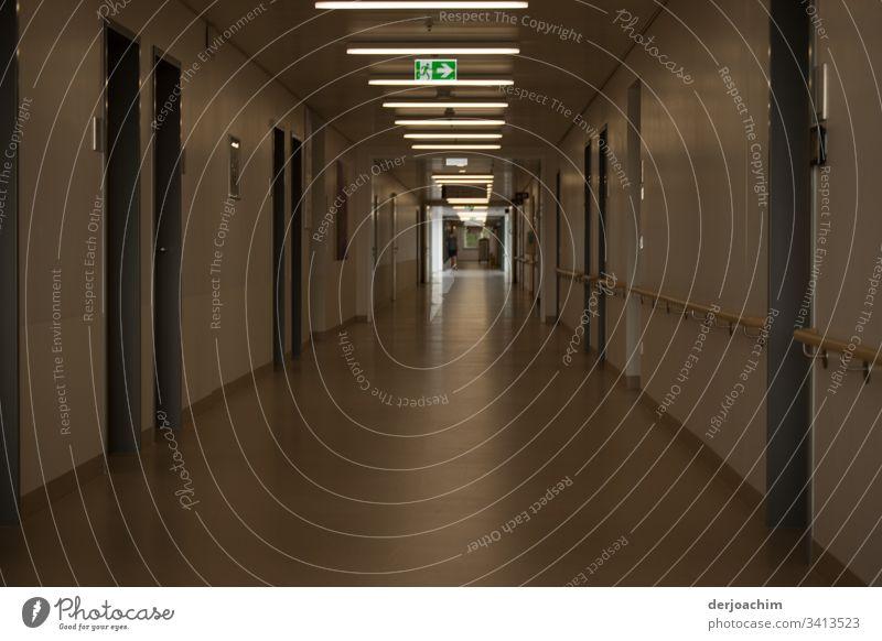 Licht am Ende des Flurs , mit Hinweis Schild  -  zum Notausgang in einer Klinik. Architektur Gebäude Menschenleer Farbfoto Tag Wand Tür Innenaufnahme