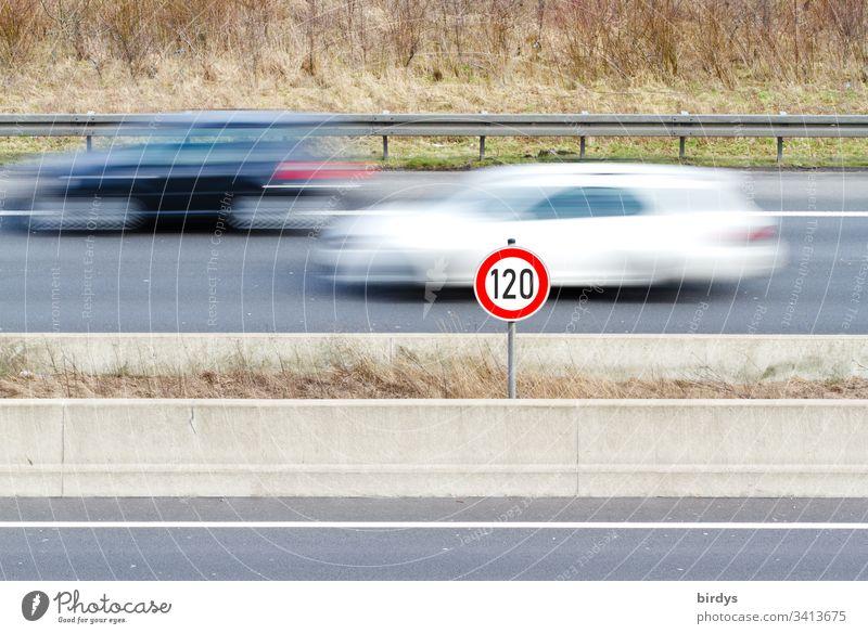 Generelles Tempolimit von 120 km/h auf deutschen Autobahnen, geschwindigkeitsbegrenzung Schild auf Autobahn mit fließendem Verkehr, fahrende Autos in Bewegungsunschärfe