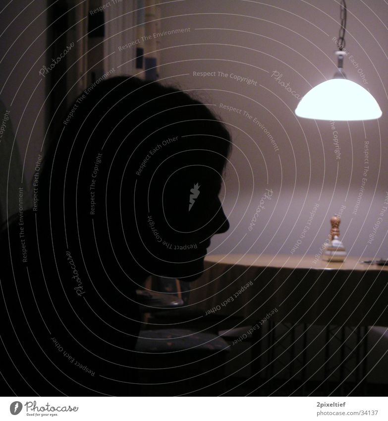 Profil Wohnzimmer Esszimmer Gegenlicht Mann Licht Lampe Wand weiß schwarz Silhouette Mensch hell