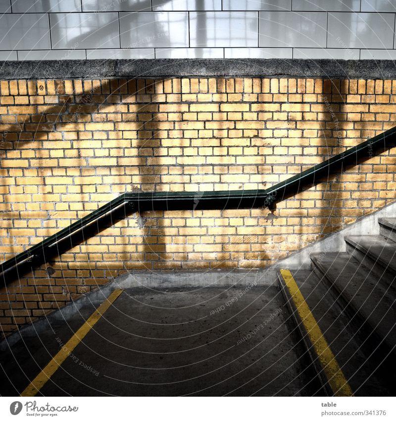 hochrechtslinksrunterisdochegal... Tunnel Bauwerk Treppenhaus Treppengeländer Fliesen u. Kacheln Backstein Betonboden Unterführung Stein Holz Linie leuchten alt