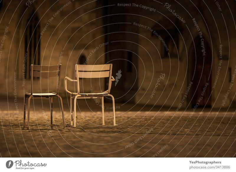 Zwei leere Stühle auf den Straßen von Zürich. Nächtliche Szenerie Schweiz Verlassen Großstadt Europa Europäer Metall Nacht niemand Altstadt unter freiem Himmel