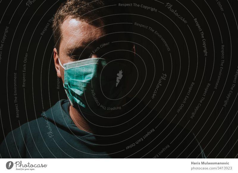 Mann mit Maske zum Schutz der Luft vor Coronavirus covid-19 30s Erwachsener apokalyptisch Kunst Hintergrund schwarz Kaukasier Farbe Voraussetzung Korona