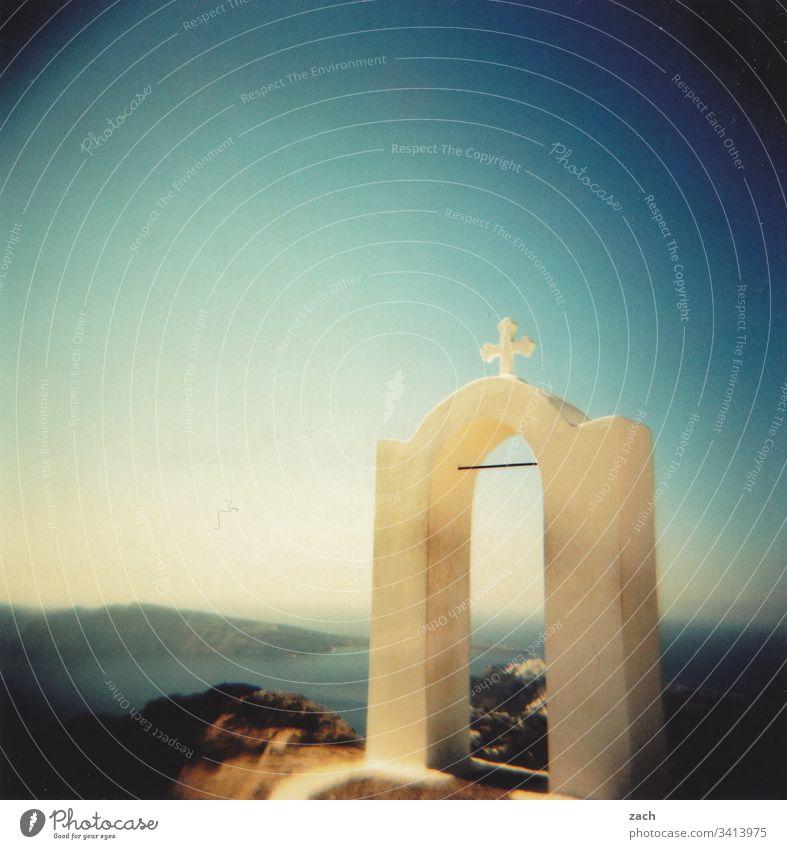 Teil einer orthodoxen Kapelle auf Santorini, Griechenland mit Blick über das Meer, analog Insel Kykladen Mittelmeer Ägäis Außenaufnahme analoge fotografie Dia