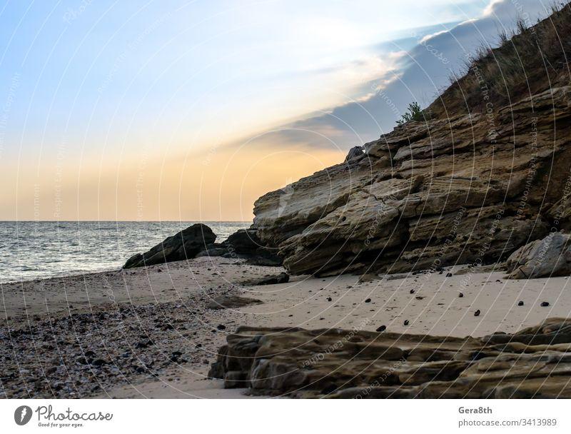 felsige Meeresküste gegen den Abendhimmel Strand Wolken Horizont Natur Steine Felsenküste Sand MEER Meereslandschaft Saison Ufer Himmel Sommer Sonnenstrahlen