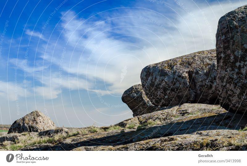 große Steine vor blauem Himmel und weißen Wolken Blauer Himmel übersichtlich Tag grau Berglandschaft Berge Natur Sommer sonnig reisen weiße Wolken