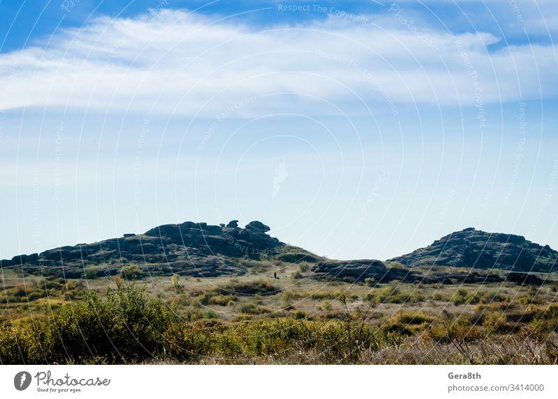 Steinberge und blauer Himmel mit weißen Wolken Blauer Himmel Sträucher übersichtlich Tag Feld Gras grau Landschaft Berglandschaft Berge Natur Pflanzen Steine