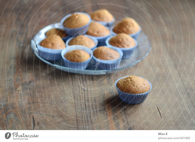 Muffins Holz klein Feste & Feiern braun Lebensmittel Geburtstag Ernährung süß Kochen & Garen & Backen viele Appetit & Hunger lecker Frühstück Kuchen Teller