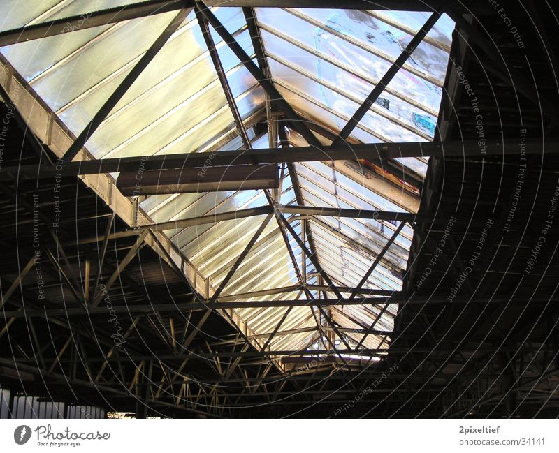 Alter Bahnhof Laim #1 Dach Licht Leuchter Eisenbahn Gleise Bahnsteig schwarz grau Verkehr Glas Lagerhalle Einsamkeit alt