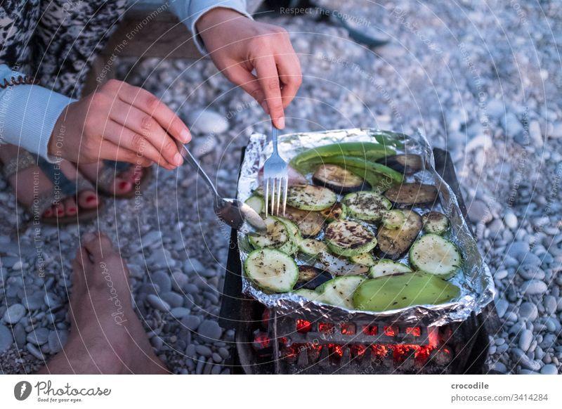 Gemüse auf kleinem Kohlegrill Grillen Vegane Ernährung Vegetarische Ernährung Zucchini Paprika Aubergine glühen Glut kochen & garen draußen Strand